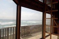 Vista-desde-interior-casa-grande-al-mar-al-norte